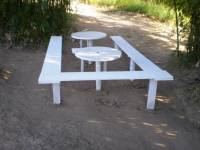Area de laser, mesa e bancos de madeira